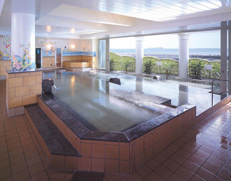 立ち寄り天然温泉「シーサイドスパ」。海を一望できる階段状の大浴場と露天風呂があり、開放感たっぷり。伊豆のドライブの最後にリフレッシュしてみては?