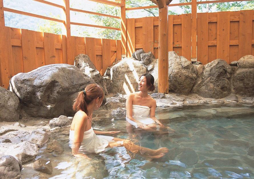 町営露天風呂「美女づくりの湯」でゆったり。町営露天風呂「美女づくりの湯」でゆったり。泉質が単純硫黄泉で、湯上りの肌がつるつるすることからこの名が付けられた。