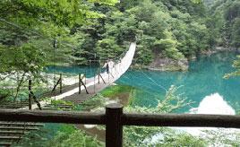 目の覚めるようなコバルトブルーの水面(みなも)にため息!絶景・寸又峡へドライブ 静岡県川根本町