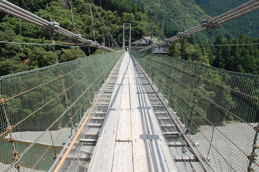 地上54mの高さでゆらゆら揺れる吊り橋は、歩くのもおそるおそる。下には清流が流れるが、のぞき見る余裕はないかも!