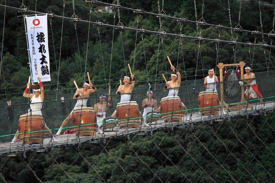 毎年8月4日に行われる「つり橋まつり」。そのメインイベントが谷瀬の吊り橋で行われる「揺れ太鼓」だ。