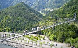 ゆらゆらゆらゆら空中散歩!歩くたびに揺れる長~い吊り橋を渡ろう 奈良県十津川村