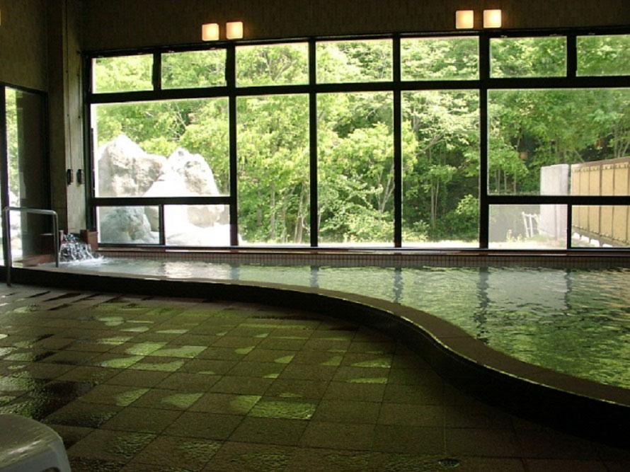 「山桜の湯」は和風の造りで、露天風呂、大浴槽のほかに気泡浴がある。洋風の「リンドウの湯」には、源泉風呂やジャクジーがある。写真は「山桜の湯」。