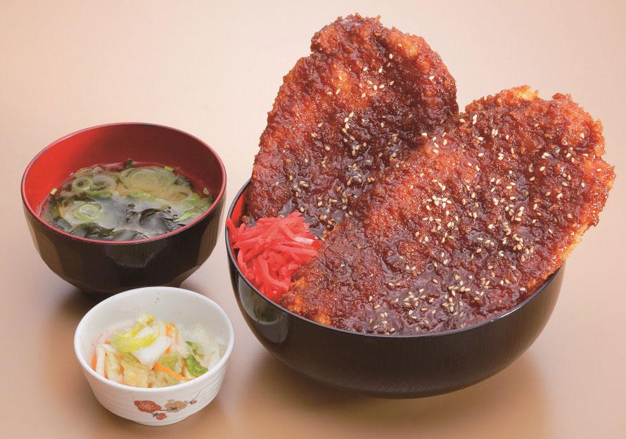 名物の「わらじソースカツ丼」1030円(税込)は、その大きさにビックリ。