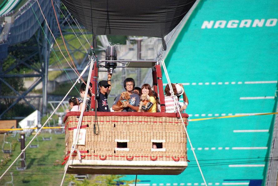 地上30mを浮遊する「熱気球係留体験」。北アルプスの山々を間近に眺めながら約5分間の空中散歩を楽しもう。