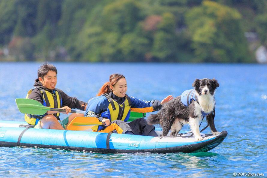 「エアカヌー」も愛犬と一緒に体験OK(体重約30 kgまでのワンちゃん)。安定していてめったなことではひっくり返らないので安心。湖をあちこち見て回ろう。