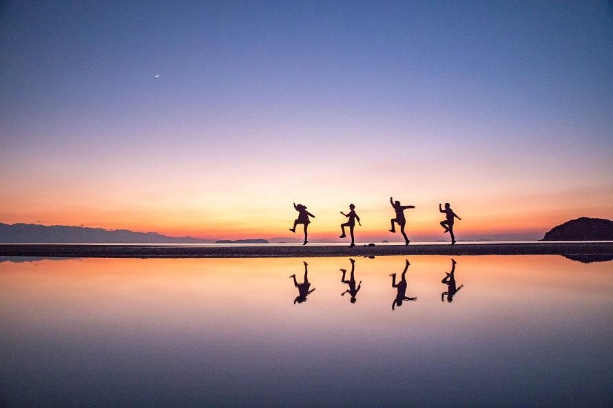 波ひとつない澄み切った海面は、まるで本物の鏡のよう。※写真提供:三豊市観光交流局
