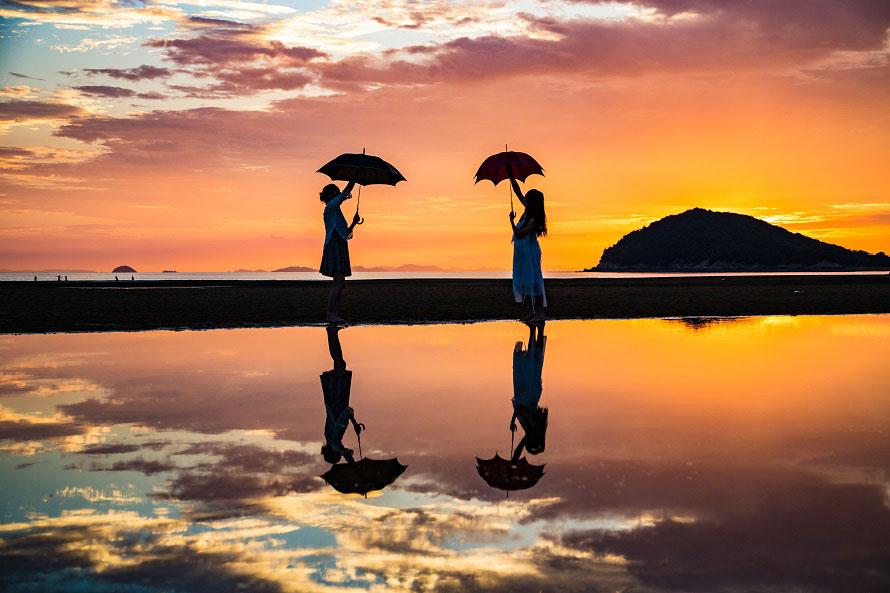 日の入り時間を狙って撮影。青空から夕景まで、さまざまな空の表情を見ることができる。※写真提供:三豊市観光交流局