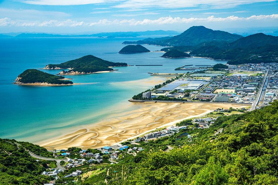 約1km続くビーチが美しい。夏には海水浴場としてたくさんの人が訪れる。※写真提供:三豊市観光交流局