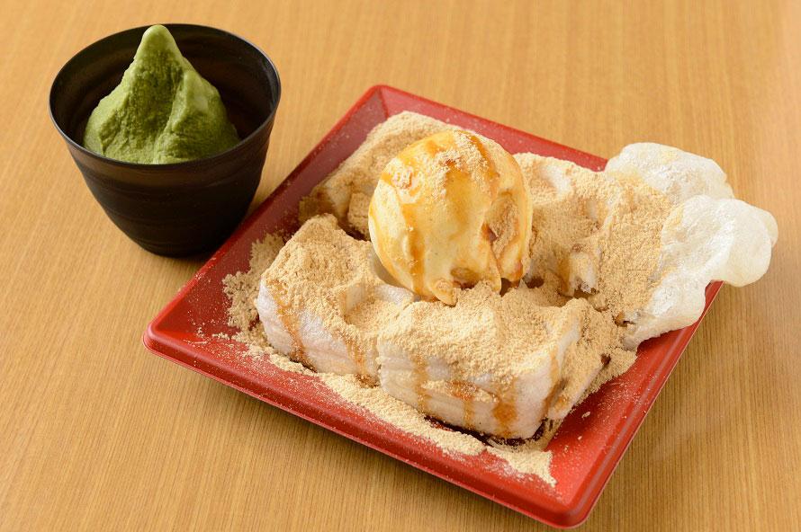 「モッフル専門店 伊豆黒餅本舗」では地元のもち米を使ったおもちのワッフル「モッフル」が人気。「黒みつきなこアイスモッフル」490円(税込)は、全国ご当地もちサミット2016から2年連続グランプリを獲得した大人気メニューだ。