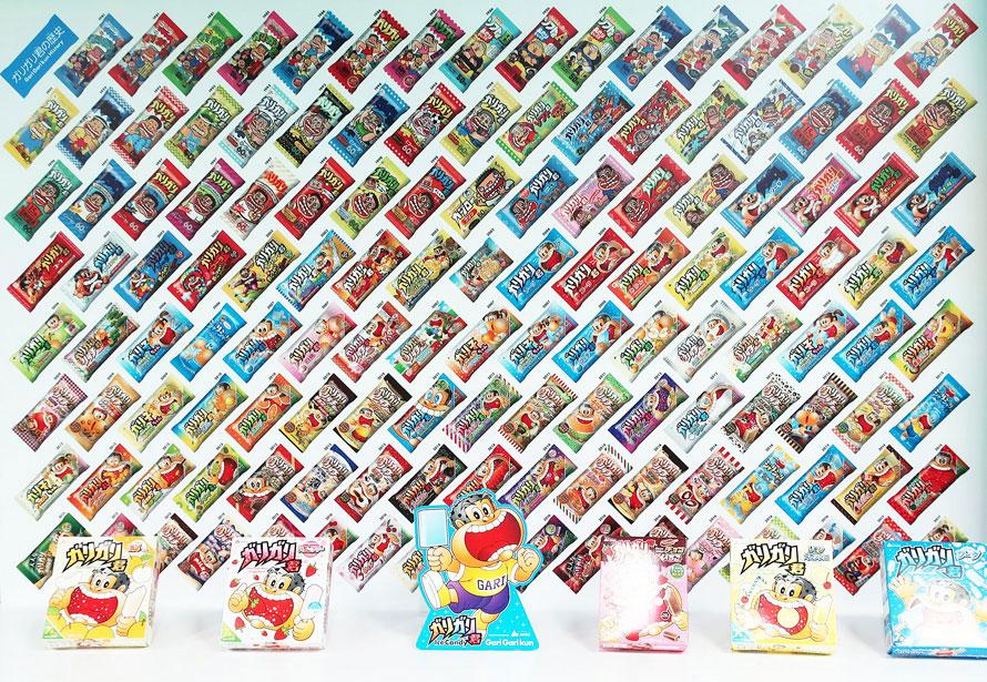 ガリガリ君のパッケージがずらりと並ぶ展示パネル。歴代の製品が一面ぎっしり!