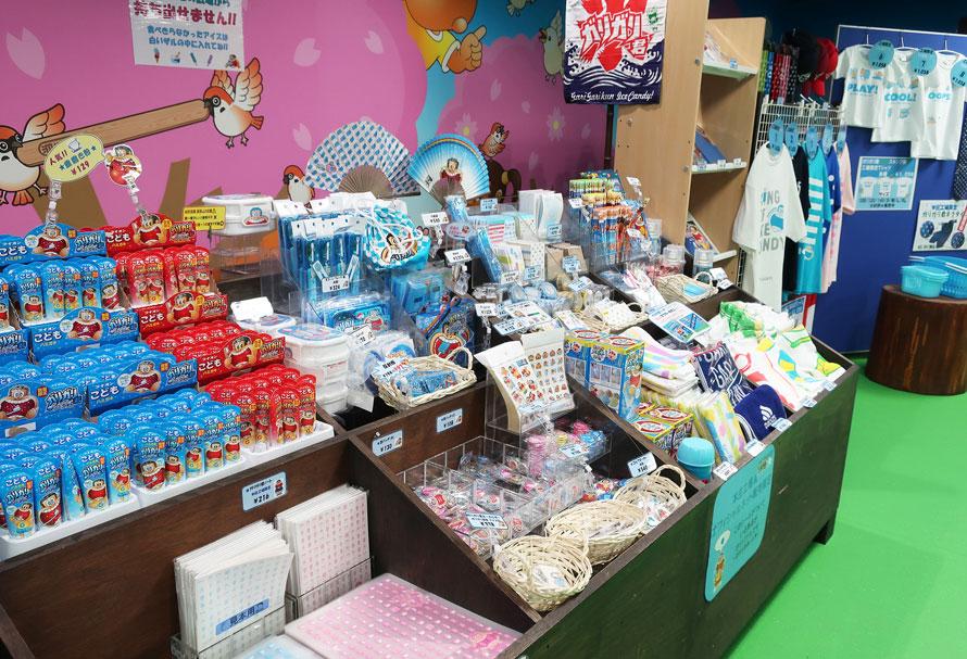 売店に並ぶガリガリ君のオリジナルグッズは、おみやげにも人気。