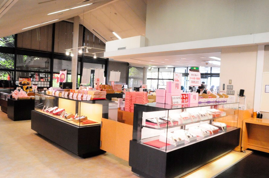 店内には、桔梗信玄餅だけでなく多彩な和菓子が販売されている。