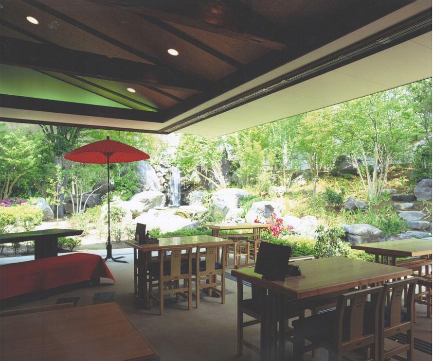 一宮店敷地内にあるカフェ「水琴茶堂」。庭園を見ながら冷たい飲み物でほっとひと息。