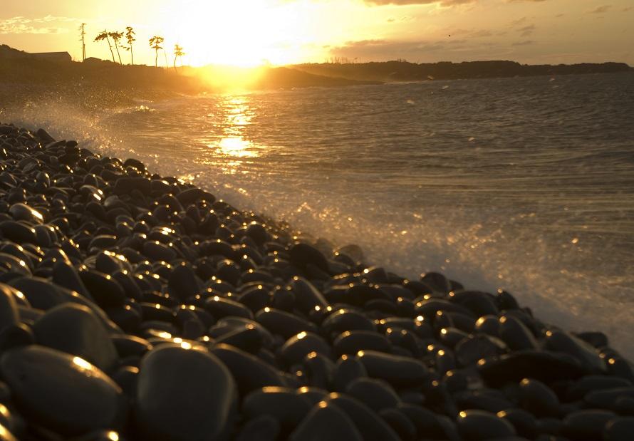 夕日が美しい浜でもある。やさしい波音ときれいな夕日で心おだやかになれそう。