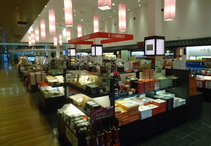 おみやげ売り場「多賀小路」は24時間営業がうれしい。