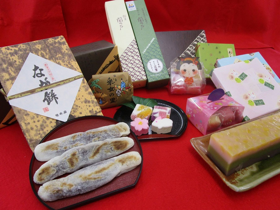 「特選逸品館」では三重県の銘菓を取り揃えている。地元で愛される伝統の味「なが餅」7本入り648円(税込)、11本入り1080円(税込)は、お土産にぴったり。