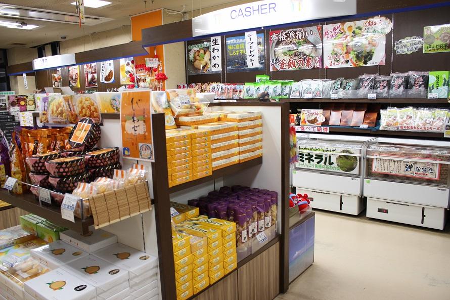 おみやげ店では、佃煮類や海産物加工品、農産物やタマネギ加工品、スイーツ類が並ぶ。食品加工品工場を持つ道の駅のため、佃煮を中心としたオリジナル商品も充実。試食できるものも多いので、いろいろ試して好みの一品を探してみよう!