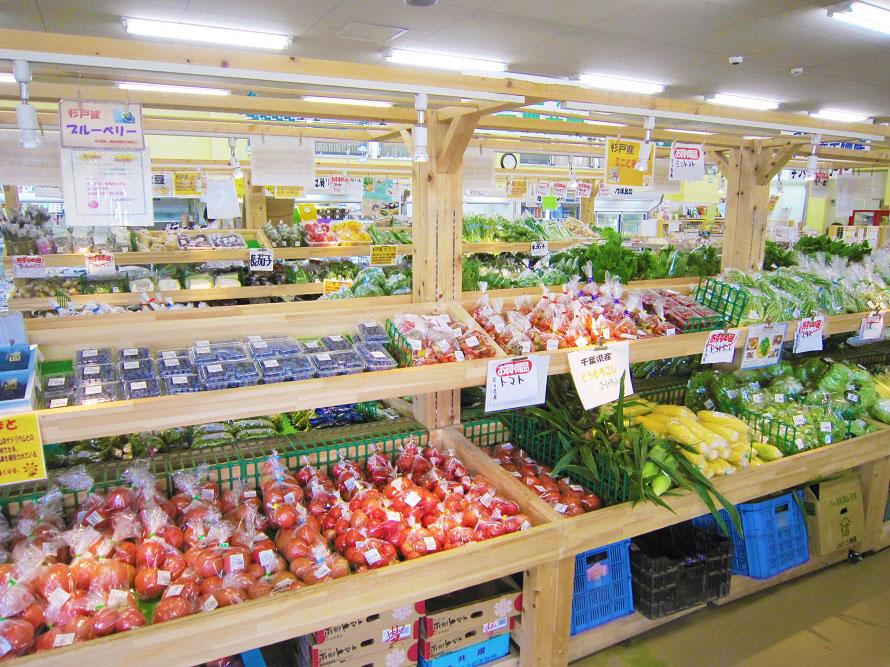 杉戸産の新鮮野菜や加工品、杉戸町の商工品が並ぶ農産物直売所。旬の野菜は必ずチェックしよう。
