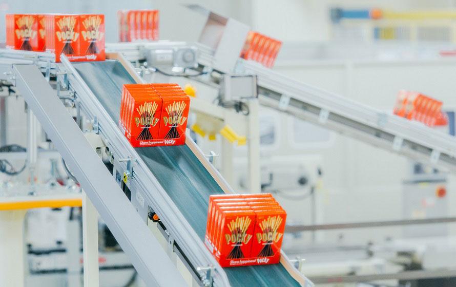 ポッキー製造ラインでは、仕上げから包装までの過程がよくわかる。