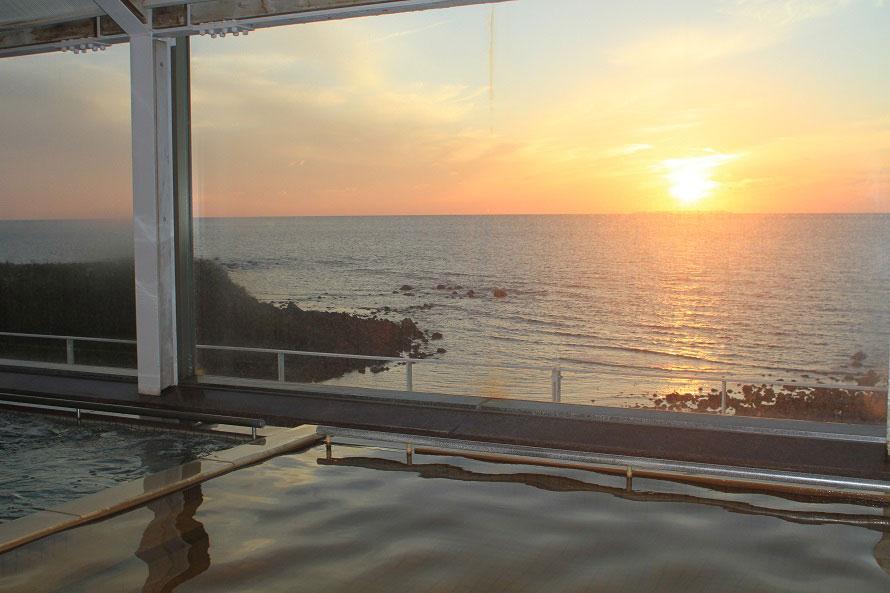 展望温泉「眺海の湯」は4階に位置し、晴れた日には男鹿半島まで見渡せる。美しい夕日を眺めながら入浴するのもおすすめ。