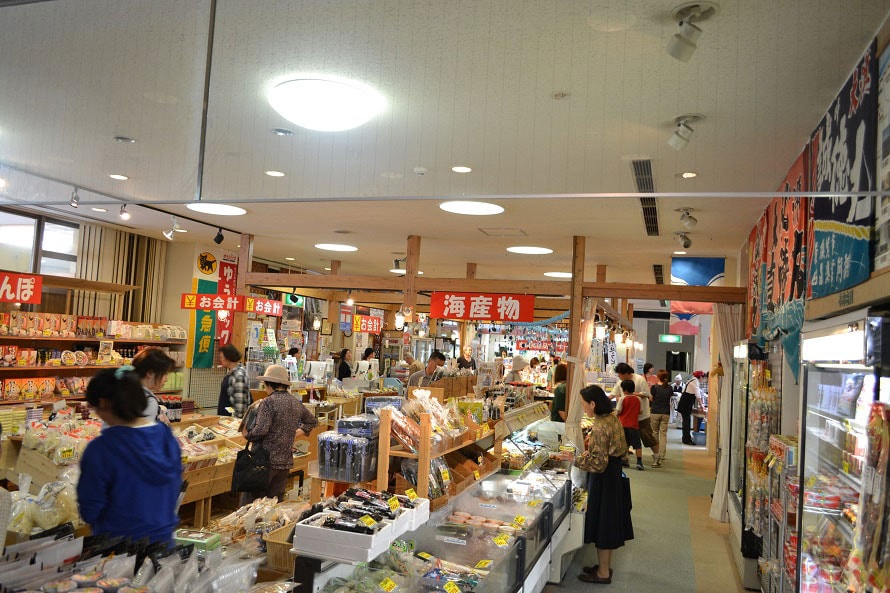 物産館では県産品、地場産品などが豊富に揃う。ローヤルゼリーとはちみつが入った「ゆずぽんず」594円(税込)など、道の駅オリジナル商品も充実。