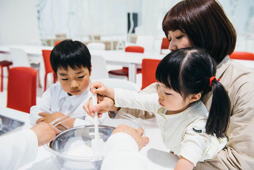 アイスクリームの手作りを体験できるグリコキッチン(有料)。アイスクリームを作るために室内の気温を約20℃に設定しているので、体験希望の場合は上着などを用意していこう。