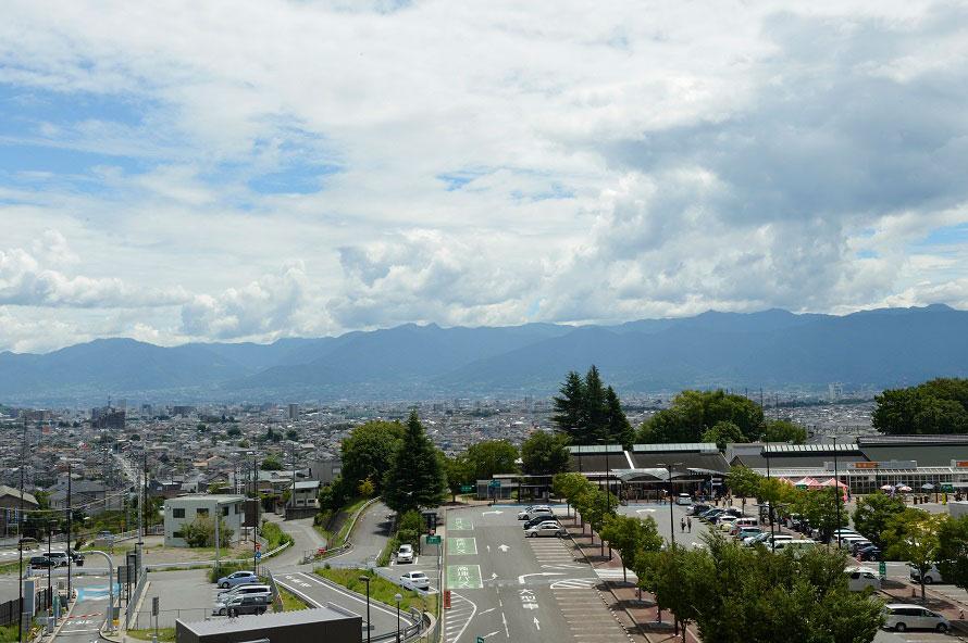 敷地内にある展望台からは、甲斐市の町並みと南アルプス連峰、富士山や八ヶ岳などを見渡すことができる。