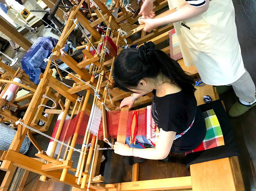 裂いた木綿の布を織り込み、古布を別の織物に作り替える「南部裂織」。匠工房では、この南部裂織の製作工程を見学したり、体験したりできる。