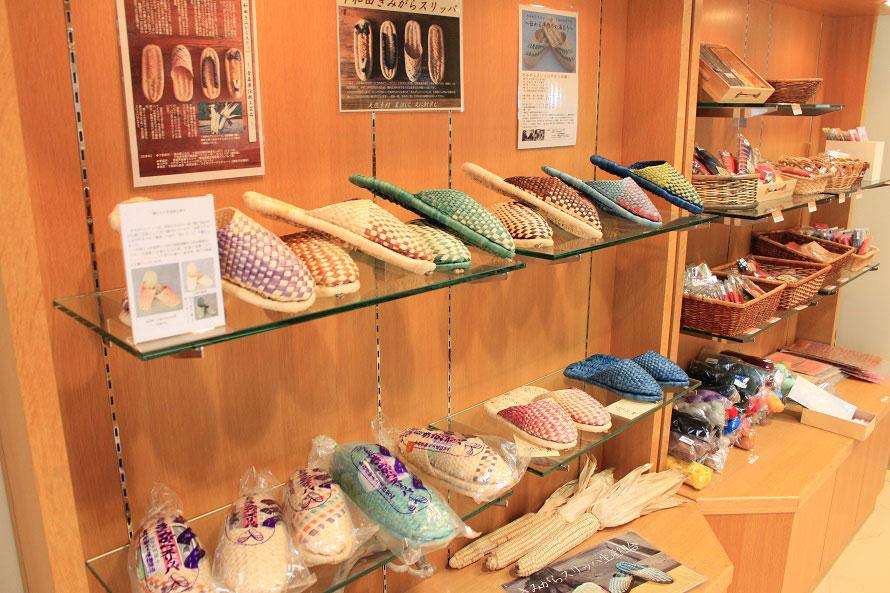 トウモロコシの皮(きみがら)から作られた「きみがらスリッパ」(価格は入荷時期により異なる)。きみがらスリッパ作りは匠工房でも人気の体験メニューとなっている。