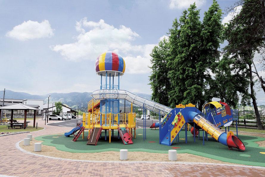 アミューズメント広場には、大型遊具や顔出しパネルなどが設置され、子ども連れで遊ぶのにぴったり。