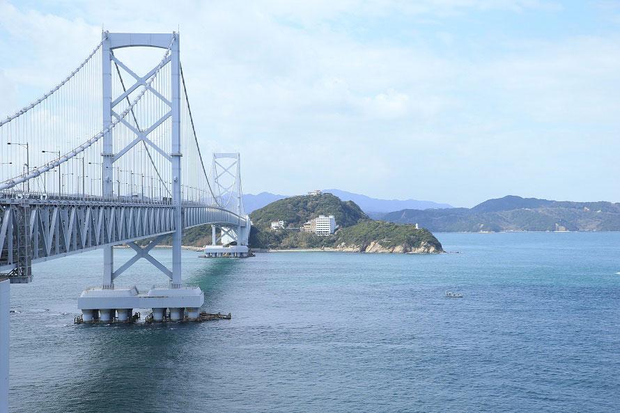 大鳴門橋を一望できるロケーションで、大迫力のうず潮も見ることができる絶景の道の駅。うず潮を見るためには、事前に見頃時間をチェックしておこう。