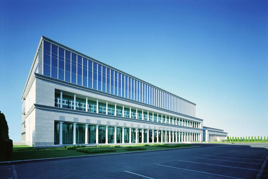 ガトーフェスタ ハラダの商品を製造する本社工場「シャトー・デュ・エスポワール(希望の館)」。月~土曜は工場見学ギャラリーが開館。