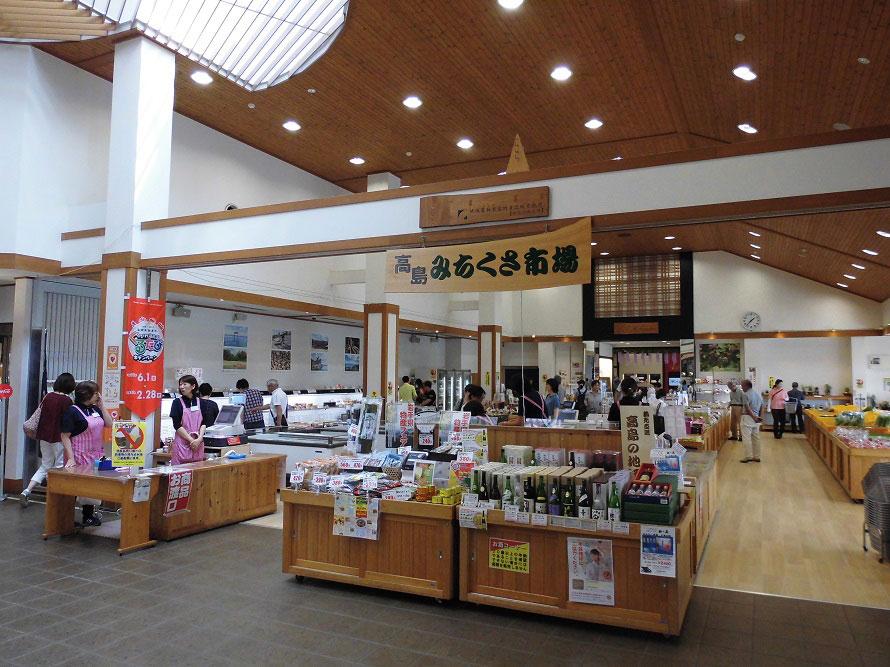 高島市内でとれた新鮮な野菜や、川魚の佃煮、安曇川の特産品アドベリーを使ったお菓子などが並ぶ「高島みちくさ市場」。2018年春に民芸品コーナーを新設し、さらに商品が充実した。