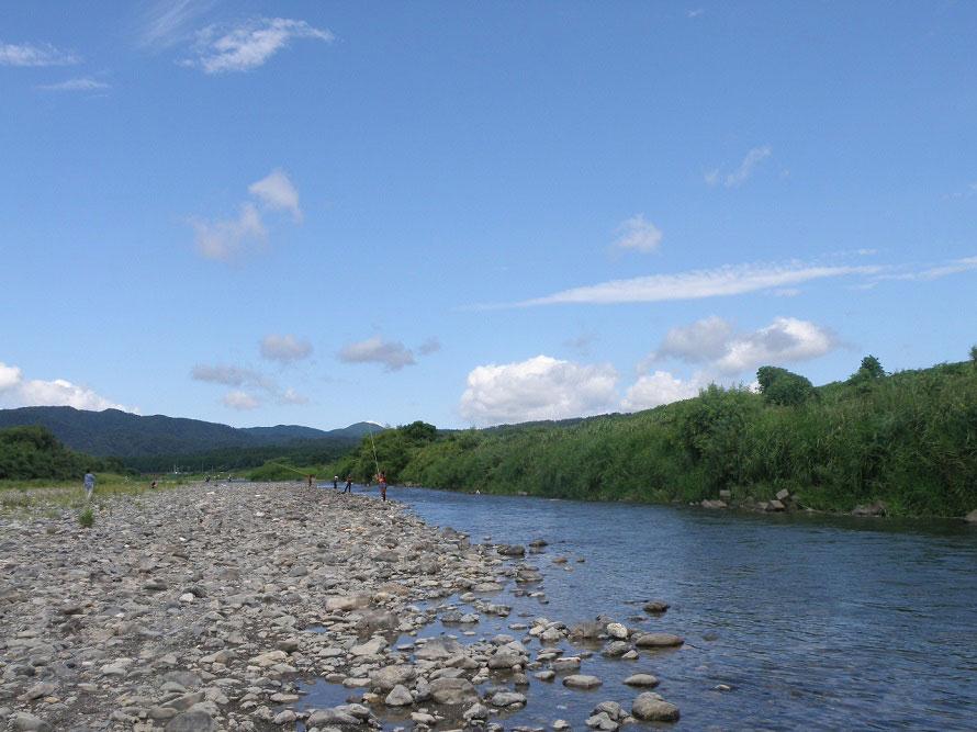 車で約6分、近くにある安曇川は、魚釣りやキャンプができるスポットとして人気。