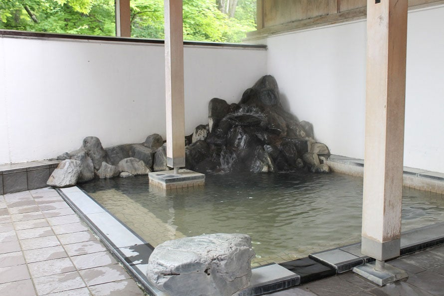 日帰り温泉「橋場温泉 新はしばの湯」は、和風と洋風、2つのスタイルが楽しめるお風呂。泉質はアルカリ性単純温泉で、美肌に効果があるといわれる。露天風呂では雫石川のせせらぎに癒される。