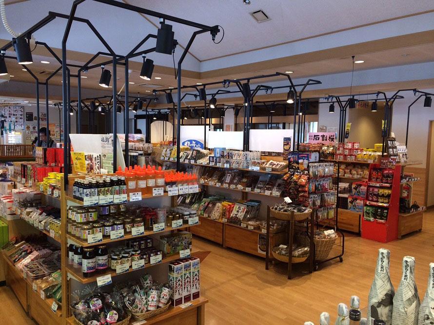 「産直しずくいし」と「物産しずくいし」では、農産・畜産品をはじめ、日本酒・加工品・お菓子・工芸品などが充実。