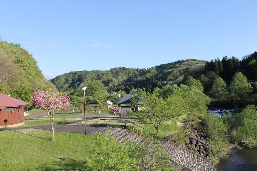 道の駅から徒歩すぐのところに、「ひたきオートキャンプ場」や水遊びができる「小柳沢砂防公園」があり、子どもたちが遊ぶのにぴったり。