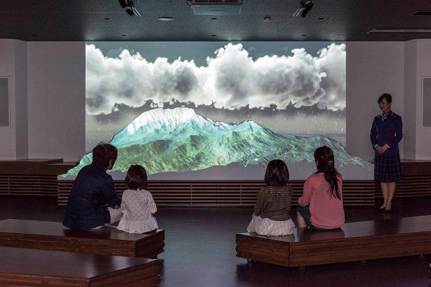 大きなジオラマにプロジェクションマッピングを投影。天然水がどのように育まれるか、わかりやすく紹介してくれる。