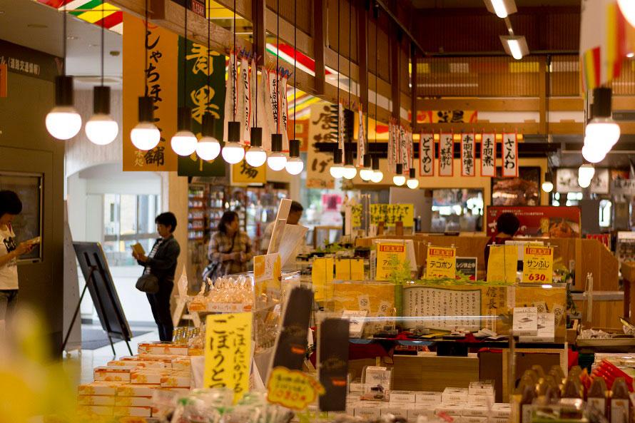 東海3県の特産品や名産品などが揃う「ショッピングコーナー 上郷町市場」。活気のある市場のような雰囲気で、あちこち見ているだけでも楽しめる。