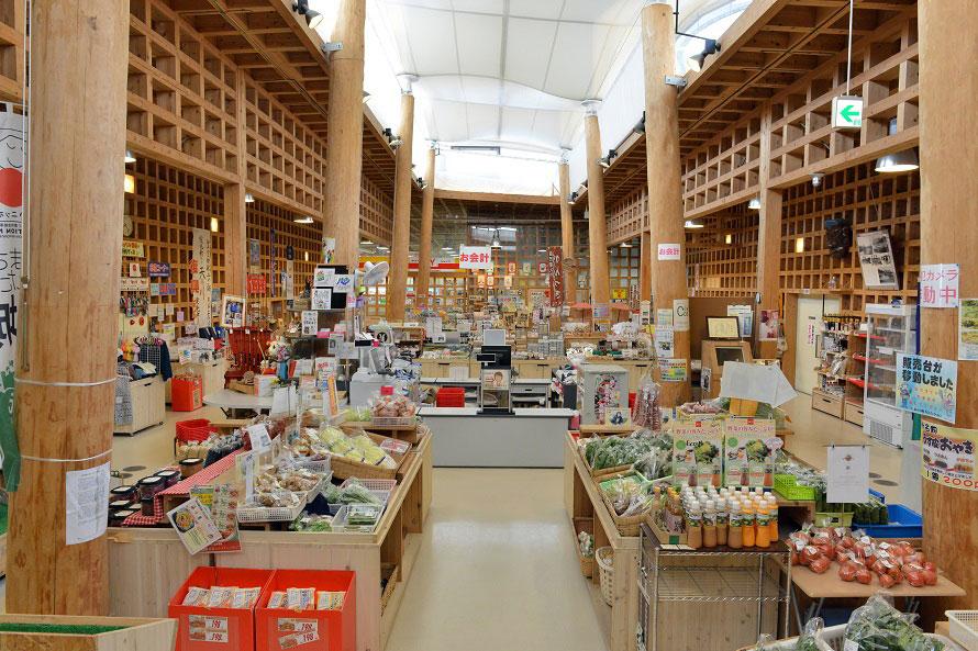 農産物直売所「ひたかみ」では、環境に優しい農業に取り組むエコファーマーの認定を受けた野菜が並ぶ。