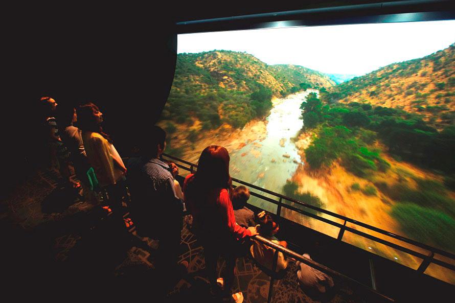 「アースクルージング」では、大型湾曲スクリーンに映し出された迫力の空撮映像を楽しめる。
