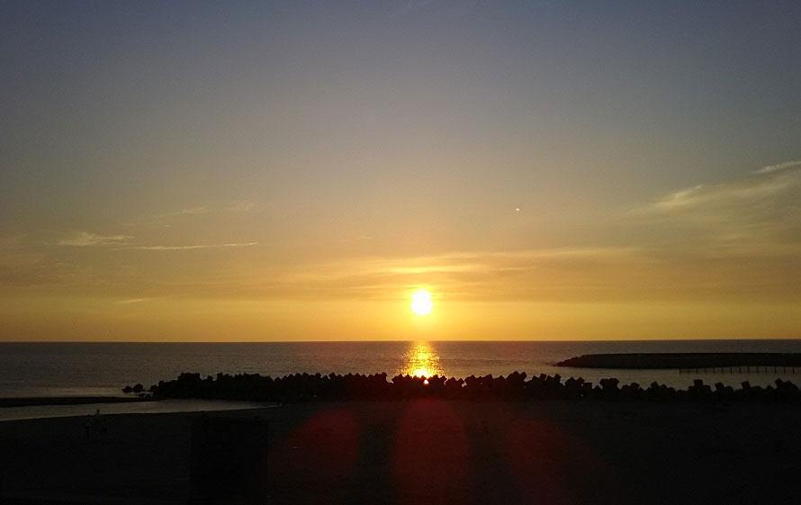 徳光PA(下り)からは、直接砂浜に降りることができる。夕日に照らされた浜辺をのんびり散歩してみては?