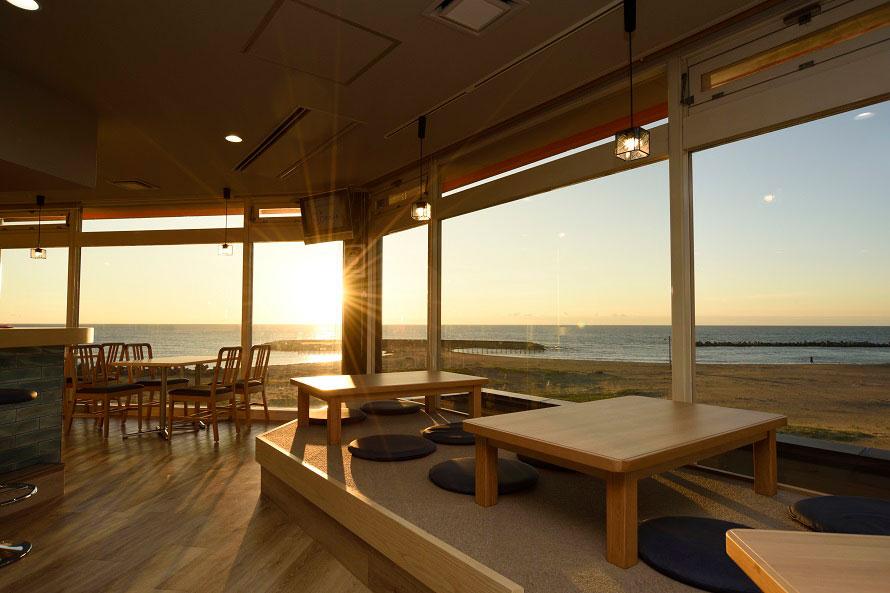 浜辺を一望する食事&休憩スペース。夕日鑑賞には絶好のロケーションだ。