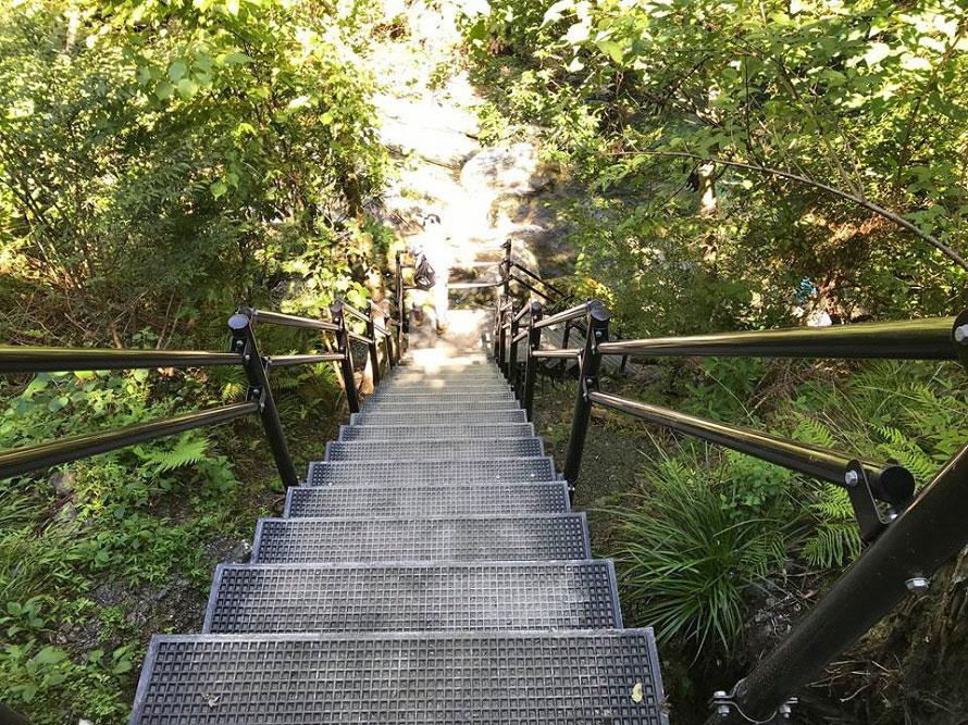 滝つぼまで降りる途中には新たに階段が設置された。傾斜が急な場所もあり幅も狭いので、動きやすい服装や靴で訪れよう。