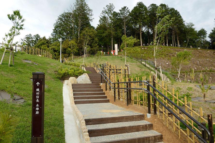 長篠設楽原PA(下り)から徒歩でアクセスできる織田信長戦地本陣跡。休憩がてら、のんびり散策してみよう。