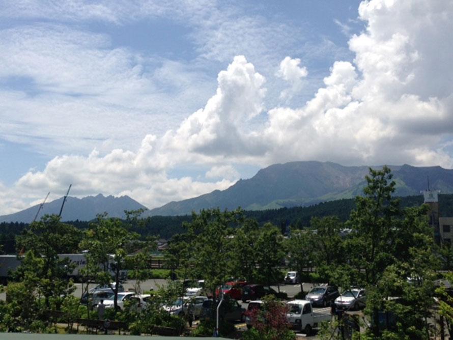 道の駅「阿蘇」の正面には、阿蘇五岳の雄大な景色が広がる。