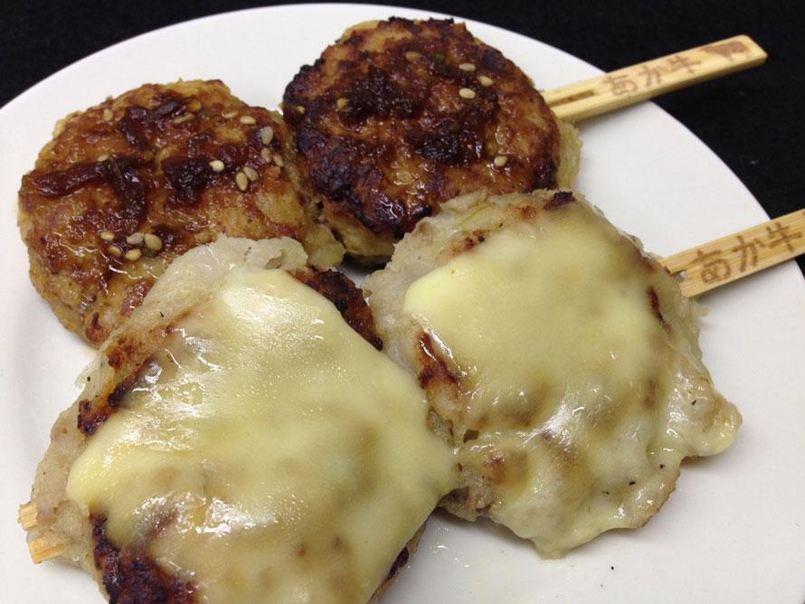 阿蘇あか牛を100%使った「ハンバー串(和風オニオン味)」350円(税込)と「チーズハンバー串(チーズペッパー味)」380円(税込)。1個1個手仕込み・手焼き、蒸し焼きされており、ふわふわしていながらずっしりとした食べ応えがある。