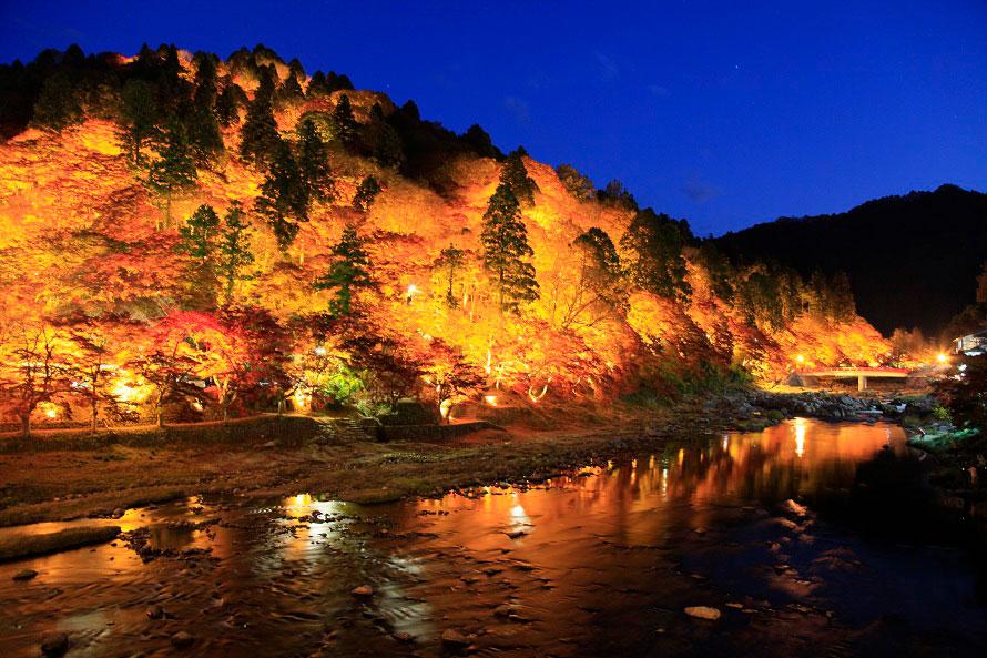 山全体が明るく照らされた飯盛山のライトアップ。山頂の一の谷付近の紅葉も美しい。