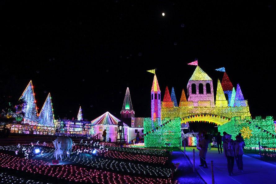 約300万個(2017年開催時)のLED電球を使ったイルミネーションが美しい。